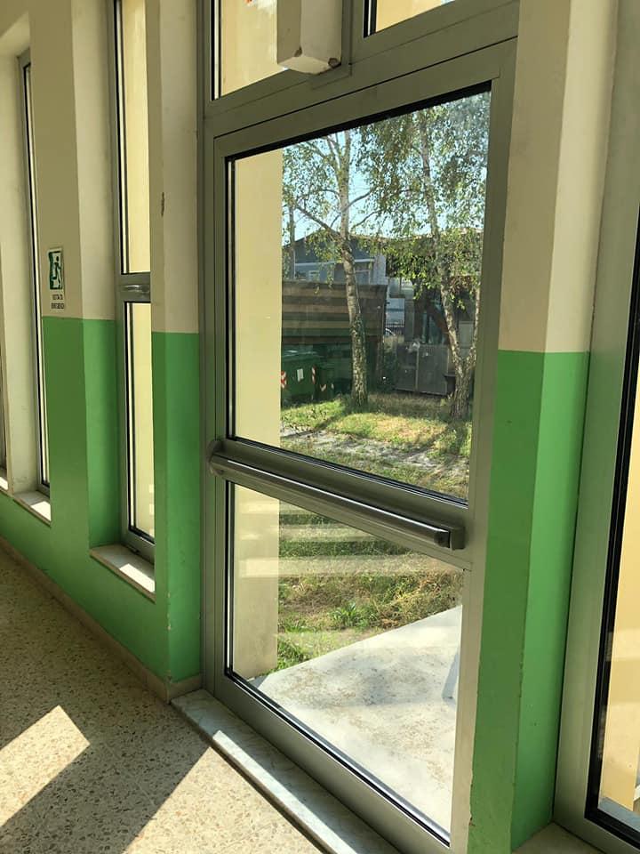 Gli infissi delle scuole medie di Rovato, foto da pagina Facebook Comune